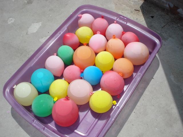 Frugal fun water balloon games for kids mommysavers for Fun balloon games for kids